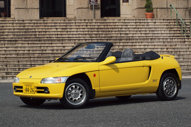 ホンダ「ビート」 1991年発売。ボディはフルオープンモノコックを採用。車重は760㎏と超軽量。後輪駆動のミッドシップ