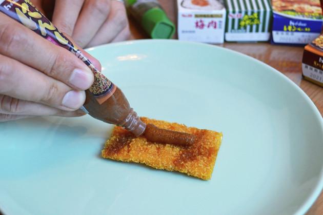(2)塗る! お好みのチューブ調味料を用意し、ビッグカツに適量塗り、薄くのばしておく。味の相性を考えながら2種類、3種類とたくさんの調味料を混ぜて塗ってもよい