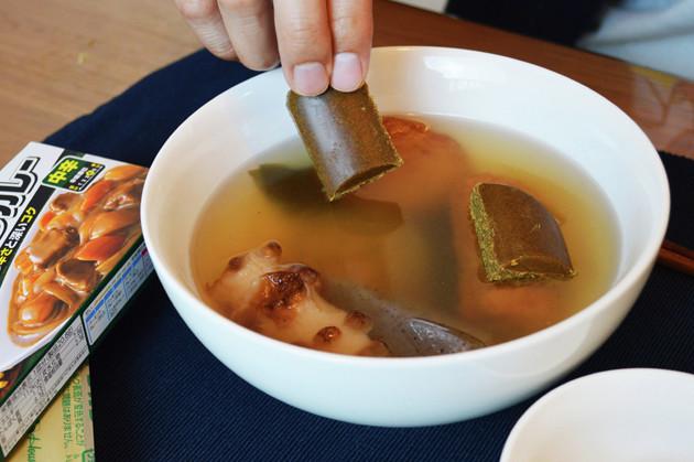 (1)入れる! おでんを深めの耐熱皿に開け、カレールウを入れる。おでんのだしの量は商品によって異なるため、全部使ったら多すぎると感じたら少し減らしても大丈夫です