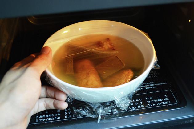 (2)レンチン! おでんの具に卵が入っていた場合は破裂してしまうのであらかじめ取り除き、耐熱皿にラップを軽くかけて600Wで3分ほど加熱する。耐熱皿は非常に熱くなるのでやけどに注意