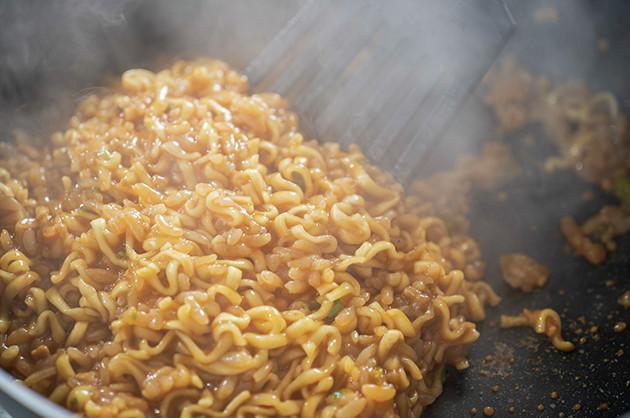 (3)炒める! 辛辛魚の液体スープも投入し、さらに全体をかき混ぜながら水分を一気に飛ばしていく。蒸気を浴びるだけで涙があふれてクシャミが止まらない! しかし負けずに炒めよう!!