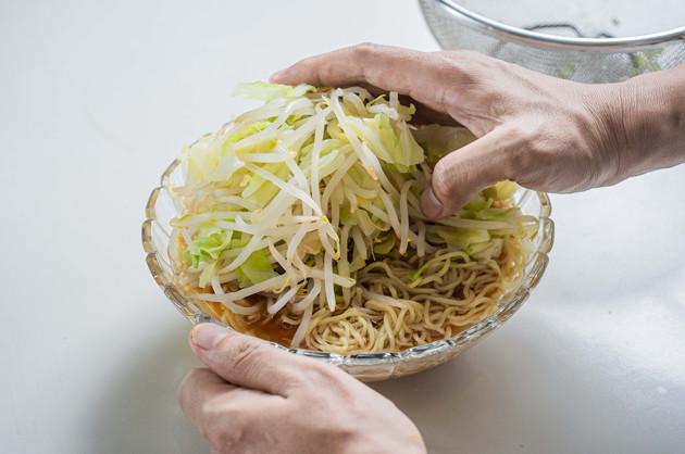 (3)盛る! スープの用意ができたら丼に麺を入れ、野菜を山のように盛れば完成。オススメトッピングは焼き豚と焦がしにんにく。冷やし中華よりもラーメンに合う具材を選ぶのがポイント