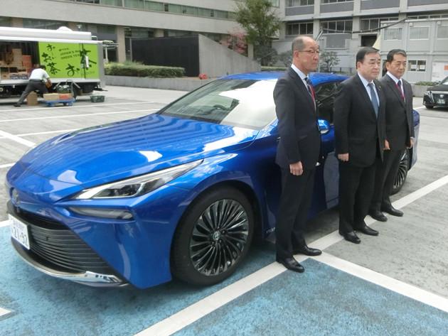 東京・霞が関でトヨタの新型ミライを視察した梶山経済産業大臣(右から2人目)は水素社会実現をアピール