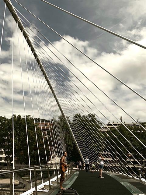 サンティアゴ・カラトラバ設計の「スビズリ橋」。バスカーのカールが熱唱