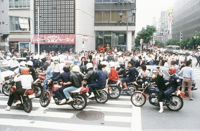 1980年、真っ昼間の銀座・数寄屋橋交差点に現れた暴走族。歩行者も騒然。ノーヘルの乗員が多いことに驚く