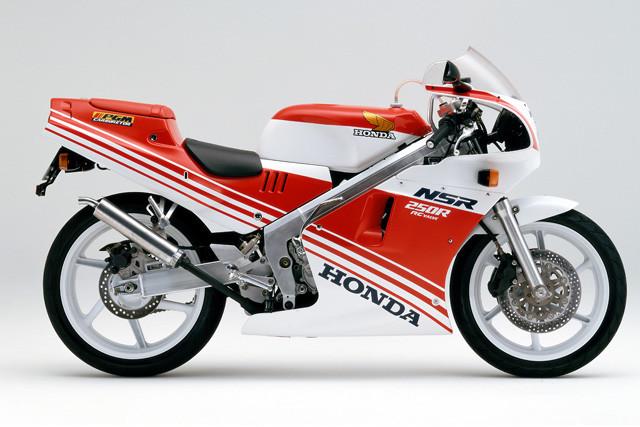 ホンダ「NSR250R」。1986年デビュー。レーサーレプリカブームを牽引。88年にはNSR史上最強の出力モデル、「ハチハチ」が登場。年間4万台を売る人気ぶりだった