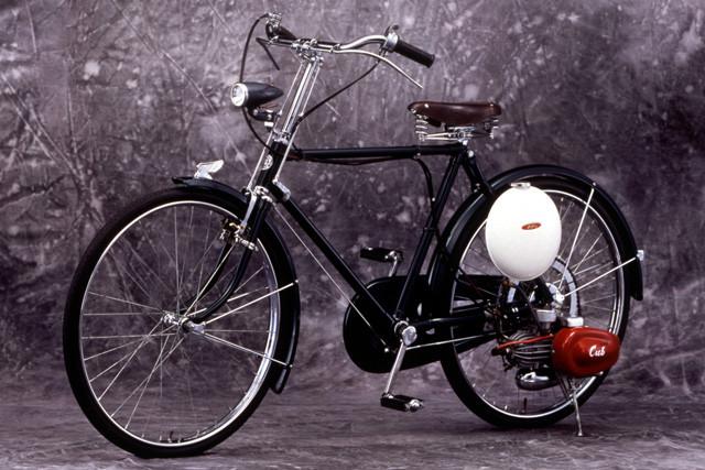 ホンダ「カブF型」。ホンダが1952年に開発したカブF型(50㏄、2サイクル)は全国の自転車店向けに販売。
