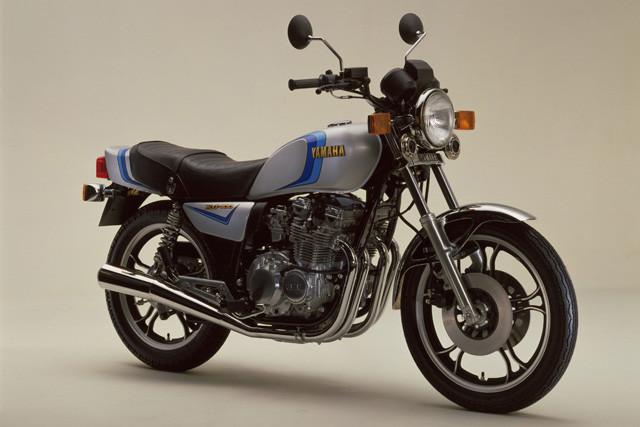 ヤマハ「X400」。1980年6月デビュー。ヤマハ初の並列4気筒DOHC2バルブエンジンを搭載、人気爆発!