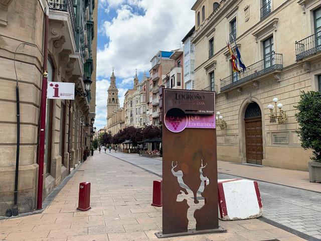 「ワインツーリズム」と書かれた少し観光地っぽい旧市街の入り口