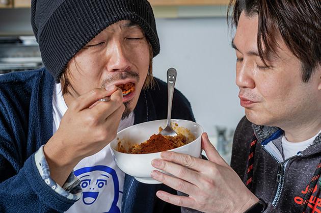 (5)激辛! 仕上げに辛辛魚の粉末スープを盛ったら完成。そばめしは辛味とうま味が凝縮され、刺激も満点! ひと口食べるだけでシャキッと目が覚め、全身から汗が噴き出てくるはずだ