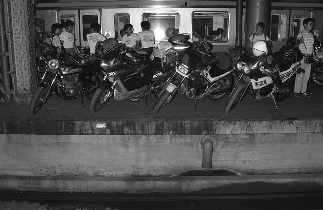 バイクとライダーを運ぶ列車が運行開始。上野と函館を結んだ。写真は上野駅で列車を待つバイクとライダー
