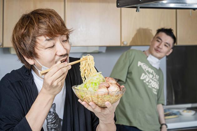 (5)激ウマ! あとは全体をよく混ぜて豪快にすすって食べるべし。冷やし中華は細麺のものが多くラーメンよりものびやすい。麺から先に食べるのが最後までおいしく食べるコツとなる