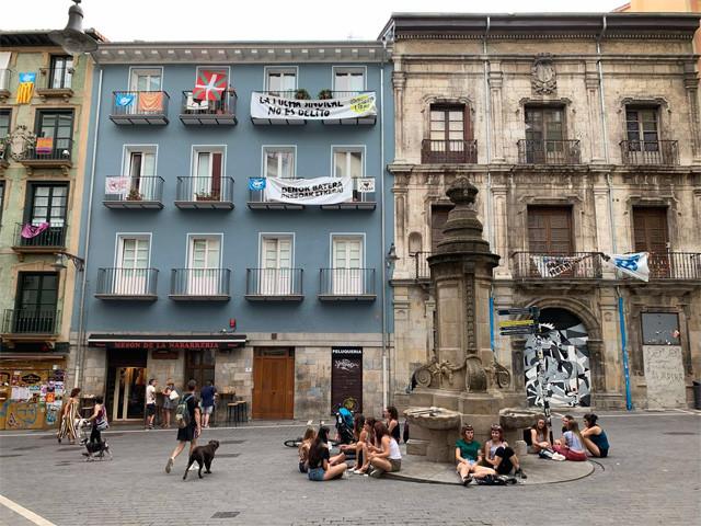 旧市街にはお洒落な店がたくさんあり若者率が高い
