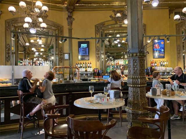ヘミングウェイが通った「カフェ・イルーニャ」