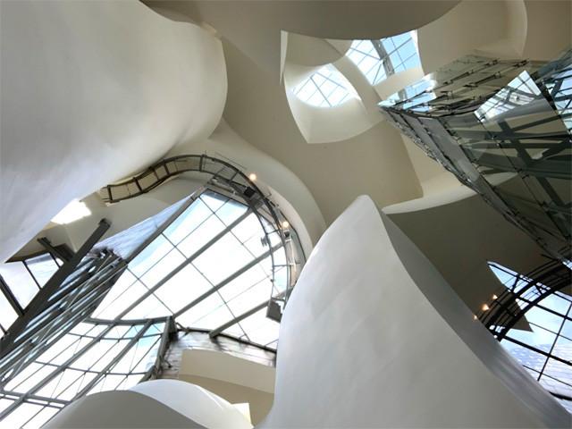 建築内部の複雑に張り巡らされた窓
