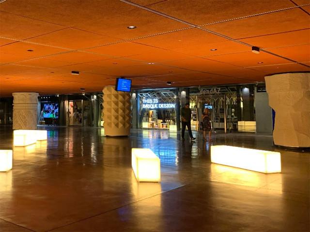 様々なデザインの43本の柱と光るベンチ
