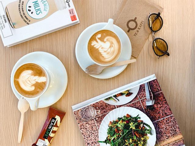 本屋兼カフェでひと休み。洋書って映えるなぁ