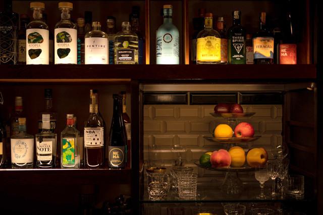 「Low-Non-Bar」では世界各地から集めたノンアルのお酒が並ぶ