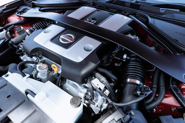 VQ37VHR型V6エンジンは自然吸気の3.7リットルを搭載。最高出力は336馬力。加速は実に豪快