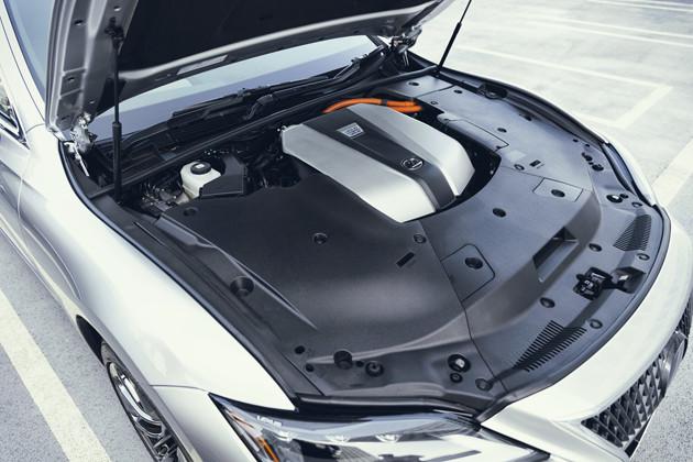 LSのパワーユニットはV6の3.5リットルハイブリッド。システムの最高出力は359PS。10速CVTを搭載