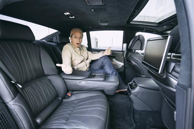 エグゼクティブモデルの後席の左側は伸縮機構付きの電動オットマン機能などの極楽装備を用意