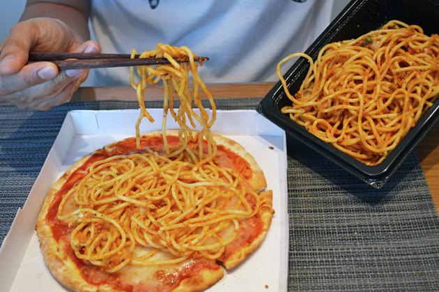 (1)パスタ! ミートソースボロニア風スパゲッティをよく混ぜてソースをしっかりと絡めたら、マルゲリータピザの上から全体に広げるようにしてのせる。量はお好みで調整しよう