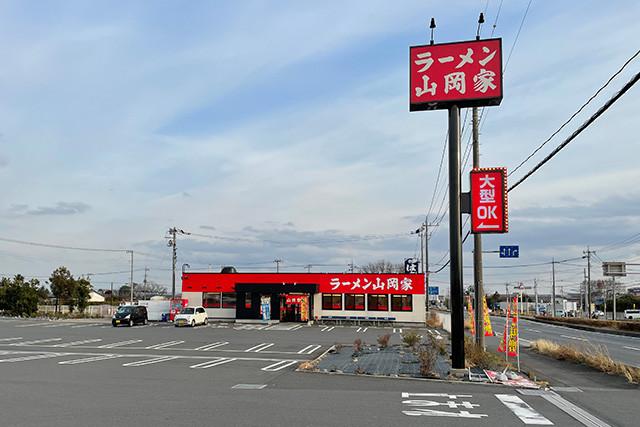 ロードサイド店では、高い位置に看板があるので、運転中でも見つけやすい。トラックドライバーの利用を歓迎する「大型OK」の表示も目を引く