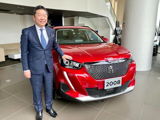 木村新社長の隣は、プジョーの最新コンパクトSUV「2008」。取材は東京・目黒にあるグループPSAジャパン本社で行なった