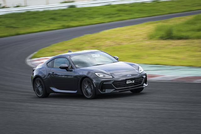 その安定性に安心感を覚えるBRZ。新型はスバルの哲学である「安心」と「愉しさ」を両立させ、大人が楽しく乗れるスポーツカーに仕上がっている