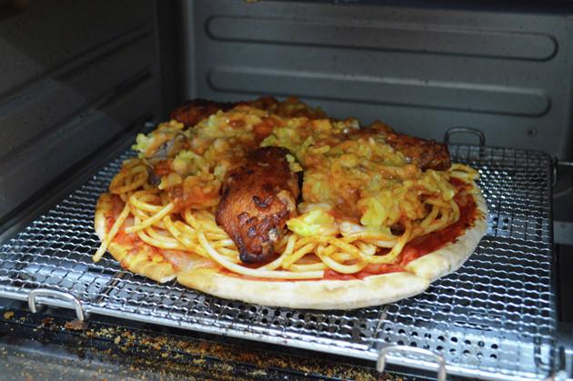 (4)焼く! (3)をトースターに入れ、表面に軽く焦げ目がつくまで焼けば完成。崩れないように気をつけて取り出し、切り分けたら豪快にかぶりつこう。これがサイゼリヤのすべてだ!