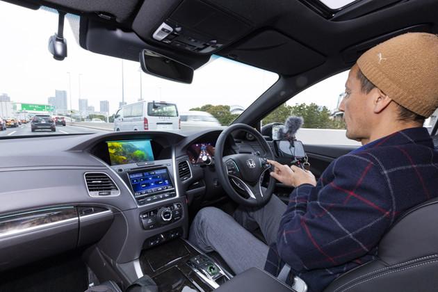 【第1位】世界初となる自動運転レベル3搭載で大きな注目を集めたが、残念ながら今年で生産終了が決定してしまったホンダのフラグシップセダン「レジェンド」。写真はアイズオフ中の小沢氏