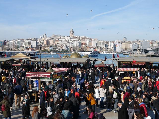 イスタンブールの人気観光スポット・エミノニュ広場