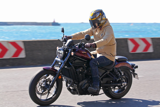 海沿いの一般道でレブル1100を試乗。「お尻に伝わるエンジンの鼓動はマジで最高です!」(青木)