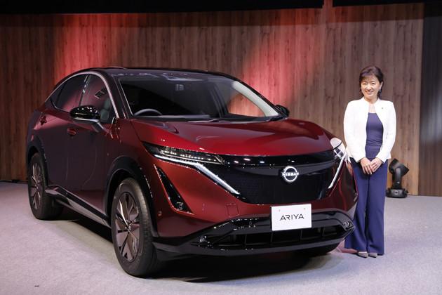 日産 アリア 発売:2021年6月 価格:660万〜790万200円 リセール:B 日産自動車の星野朝子副社長と新型EV「アリア」(写真は限定モデルのリミテッド)。今回、世界に先駆け日本で予約受注が開始された