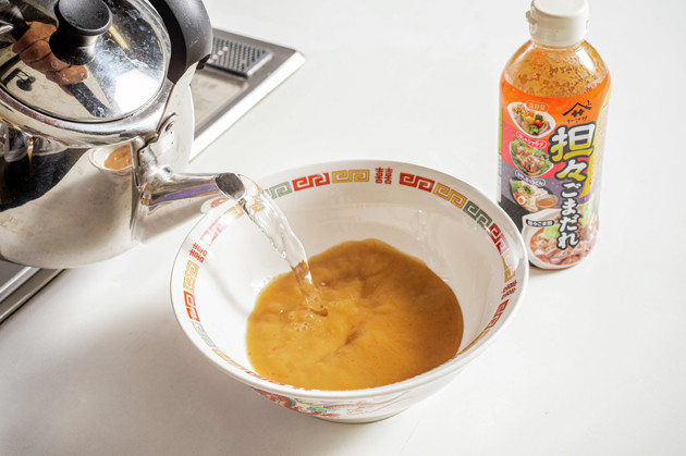 (1)スープ! スープは市販の鍋用スープや担々ごまだれを使用。もちろんラーメン用のスープを使用してもOKだが、今回はそもそも麺を使わないため鍋用スープで十分満足できるはずだ
