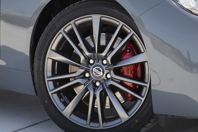 赤く塗られた専用ブレーキは、アルミキャリパー対向ピストンブレーキなどで強化されている