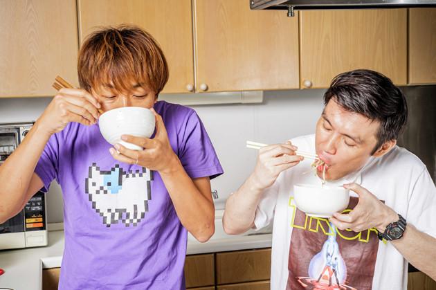 (5)激ウマ! あとは感情の赴くままに食らうだけ。最初はザクザク食感のアスパラガスだが、少しずつ溶かしながら食べると徐々にスープが濃密になる。大量のモヤシと豆腐で大満足だ!