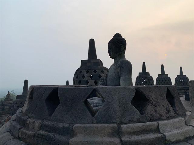 仏像の足に触ると願いが叶う。が、届かない?