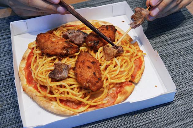 (2)肉! スパゲティの上には香味チキンやアロスティチーニなどの肉類をお好みでのせよう。ラムは串から外し、できれば香味チキンも骨を取り除いておくとよい