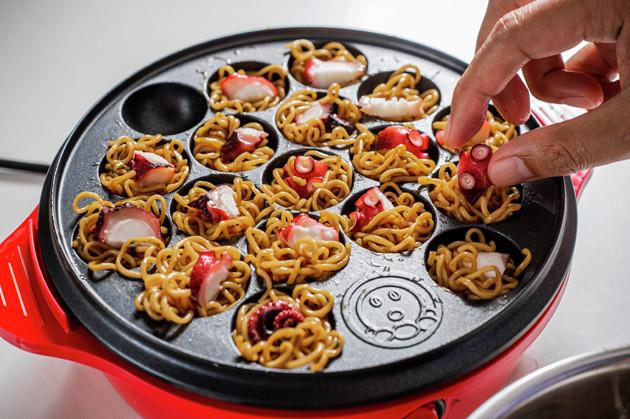 (4)たこ焼き! たこ焼き器の穴に麺を押し込むようにして生地を入れ、タコと刻み紅しょうがを入れたら通常のたこ焼きよりもじっくりと焼き上げよう。ソースナシでそのままで激ウマ!