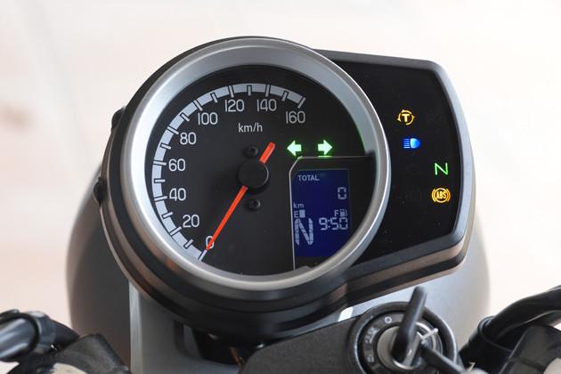 速度計は160キロまで刻まれている。燃費や走行可能距離はデジタルで表示する