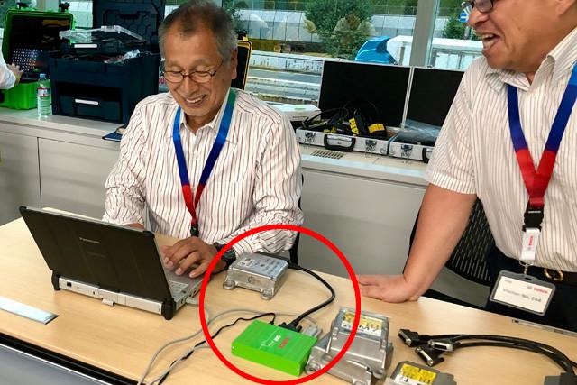 EDRからデータを取り出すCDRアナリストの菰田氏。菰田氏は2019年にボッシュ認定CDRアナリストの資格を取得。実は日本自動車ジャーナリスト協会の会長でもある