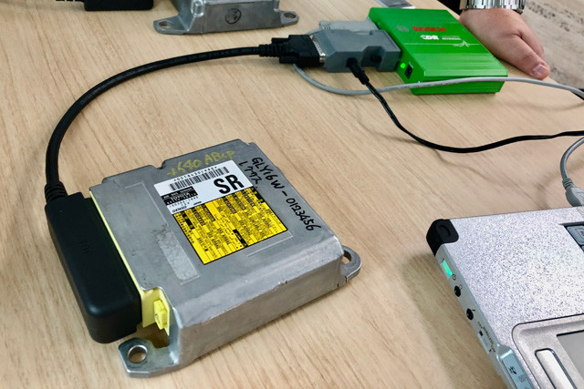 手前の機械の中にEDRが入っている。ケーブルでつながっている奥の機械がEDRからデータを抜き出すCDR。作業はパソコンも使用