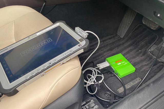 EDRはエアバッグコンピューター内にある。通常はご覧のようにケーブル接続して車内でデータを抜き出す