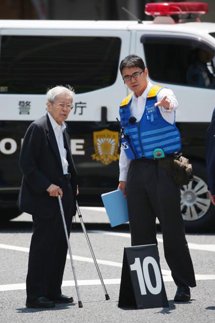 2019年6月13日、事故現場で実況見分に立ち合う飯塚幸三被告(左)。裁判では「私の過失はないと思っております」と一貫して無罪を主張している