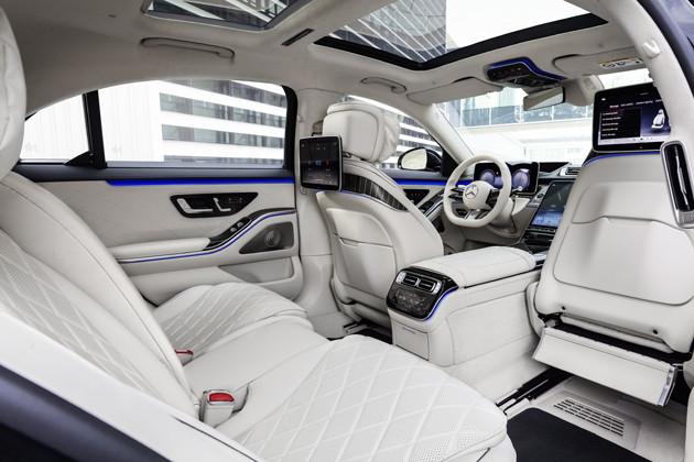 運転席には12.8インチ有機ELメディアディスプレイ。後席には11.6インチモニターをふたつ用意