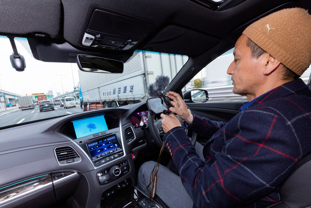 自動運転レベル3の機能が作動していれば、スマホの使用やDVDの視聴も法的に可能。ただし、すぐに運転に復帰できる状態にあることが条件だ