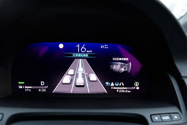 レベル3機能「トラフィックジャムパイロット」作動画面。車速が約30キロ以下になり、さらに前後に車両がいる高速道路の渋滞時でレベル3機能が立ち上がる