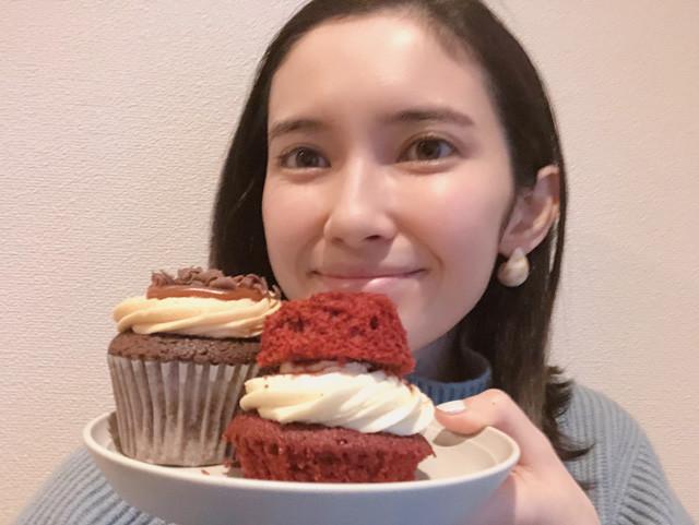 カップケーキの新・食べ方提案。左がビフォー、右がアフター