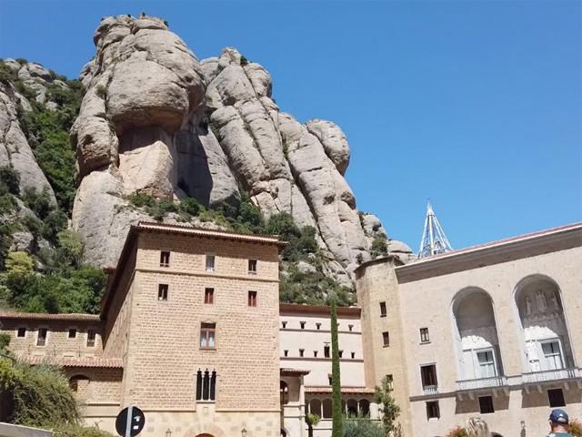 モンセラットの奇岩群と大聖堂前広場